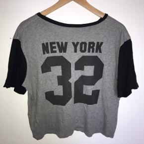 T shirt med print på ryggen, købt i Brandy Melville