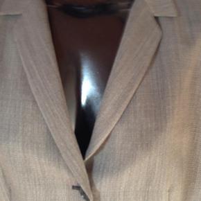 Varetype: Blazer Størrelse: 44 Farve: Brun, Sort Prisen angivet er inklusiv forsendelse.  Uld blazer fra Jaeger. Lidt stor i størrelsen: længde: 69, brystmål: 53.
