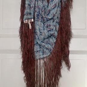Fint tørklæde i 100% silke fra Isabel Marant Etoile. Kun brugt sparmsomt   Og i flot stand uden huller, pletter, fnuller eller lign. Mål: 106x111 cm. Søgeord: silketørklæde silke tørklæde scarf silk halstørklæde lyseblå brun mørkeblå rød fryser frynse