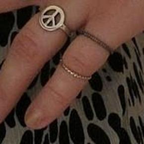 Varetype: ring med peace tegn Størrelse: m / 17 mm Farve: Guld Prisen angivet er inklusiv forsendelse.  ring med peace tegn    str. m (ca. diameter 17 mm)    aldrig brugt