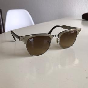 Flotte Ray Ban clubmaster metal sælges. Solbrillerne er næsten ikke brugt og har ingen fejl.  Etui medfølger.  Nypris var 1200 kr.  Kan afhentes på Østerbro