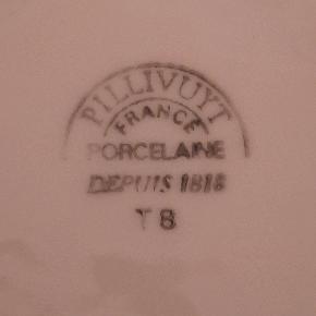 Pillivuyt - Bistro i hvid med guldkant tekopper (dia. 9 cm) med underkop. To af underkopperne lidt mindre. Prisen er pr. sæt, og vi har 4 sæt til salg.