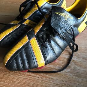 Fodboldstøvler - brugt et par gange så fremstår i fin stand.   Bud modtages :)