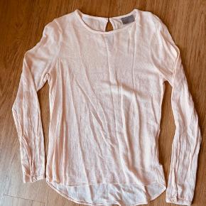 Lækker og let sommer bluse  Brugt meget lidt  Har den også til salg i mørke blå på en anden annonce