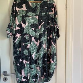 Dejlig luftig kjole fra Monki med palmeprint. Er brugt og vasket flere gange. Kan passes af alle størrelser afhængig af, hvor oversize man ønsker den. Er selv str s-m. Også godkendt gravid-kjole ✌🏼