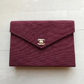 Varetype: ClutchStørrelse: Lille/medium Farve: Bordeaux  Vintage Chanel clutch i bordeaux sælges med guld hardware og turn-lock lås. Plads til alt det essentielle.  Pris 3.500 kr.