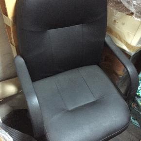 Enkel, sort kontorstol - aldrig brugt