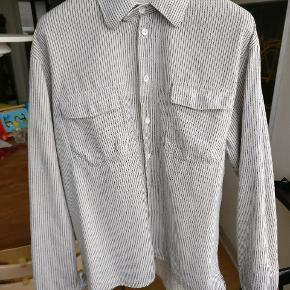 Dejlig blød og rimelig varm bomuldskjorte, blå striber og en knækket hvid nuance. I fin condition. Mp 350