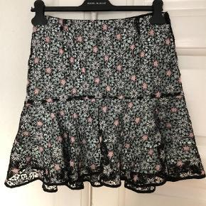 Varetype: Nederdel Farve: Multi Prisen angivet er inklusiv forsendelse.  Super smuk nederdel med stjerner fra Sandro Paris. Mærket str. 2, svarer til en almindelig str. 36 (lille 38).   Bytter ikke.