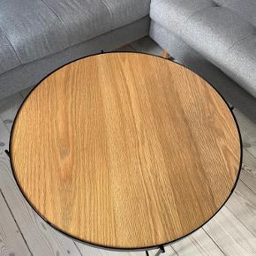 Byd gerne :)  Super fint sofabord fra jysk. Bordpladen kan vendes så overfladen enten ligner marmor eller træ. Der er et lille bitte hak (se sidste billede) i bordpladen, som var der da jeg købte det. Det er en fejl ved produktionen, men jeg havde ikke opdaget det. Bordet fejler ingenting, og er kun brugt i en kort periode. Det findes stadig på hjemmesiden, hvis man vil se det derinde :)  Diameter 70cm, højde 40cm