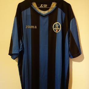"""AC Pisa trøje. Ikke hver dag man ser en Pisa trøje, men når navne som Klaus Berggren og Henrik """"Store"""" Larsen har været i klubben, så må der da næsten findes nogle danske fans derude som kunne være interreseret.   Tags: fodbold, fodboldtrøje, fodboldtrøjer..."""