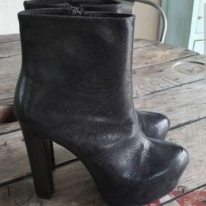 Plateau heels fra Nelly, sort shiny, str. 40, aldrig brugt, nypris 499