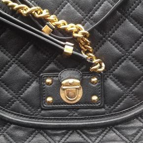 Varetype: skuldertaske lækker quiltet læder taske med guldkæde fra hovelinjen Størrelse: Medium Farve: Sort Oprindelig købspris: 8500 kr.  NUL BYTTE.  skambud ignoreres. kan hentes i KBH K. sender også med dao til 33 kr. kun seriøse bud tak.byd ikke hvis du ikke mener det. jeg tager mobilepay. glæder mig til at høre fra jer:)   lækker qviltet lædertaske fra MAINLINE Marc Jaocbs. dette er den dyre mainline. dvs det er den billigere marc by marc jacobs.  smukkeste luksus taske i quiltet læder med gold hardware.   den er i kraftigt læder som bare kan holde til alt. smuk form. anvendelig. passer til alt tøj.  klassisk taske som aldrig går af mode.  mål:  27 høj 27 bred 9 i siden. 96 kæde.kan reguleres. kan bruges crossover.  sælger den kun hvis mp opnås ellers beholder jeg den.