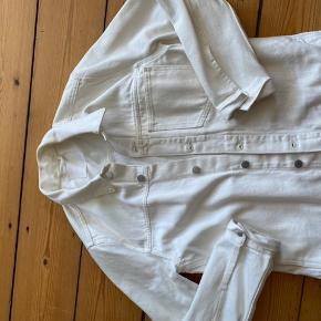 Hvid oversize cowboy-jakke i str. S fra Weekday. Har brugt den 3 gange - sælger den fordi det var et fejlkøb. Er åben for bud og flere billeder ☺️☀️