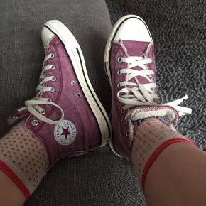 Sælger de her Converse i farven lilla. De blev mest brugt i 2017, så de er ikke brugt fornyligt. Der er en for inde i, så de kan bruges når der bliver koldere, men kan også sagtens bruges om foråret. Skriv for flere billeder. BYD!🌸🐚