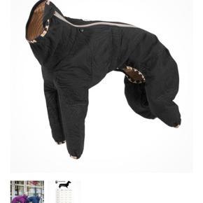 Hurtta Casual Quilted Overall  Hunde der fryser skal bruge rigtig meget energi for at holde kroppen og muskler varme. Har man først prøvet at give en kuldskær hund lun og lækket tøj på så oplever man en helt anderledes hund.  Hurtta har designet en super dragt her. En overall som er blød og varm. Udført i quiltet materiale speciel designet til korthårshunde og de hårløse hundebørn. Ideel til gåturen. L-pasformen er et særligt design til jagthunde og andre slanke racer.  Den heldækkende overall giver ideel beskyttelse i koldt og blæsende vejr. Det vand- og smudsafvisende materiale har en meget høj komfort, er blødt og fleksibelt og knitrer ikke. Heldragten har en ultrasonisk quiltning og et varmt vatteret for.  Dragten er brugt mindre end 5 gange da min hund ikke kunne holde varmen i den. (Han er hårløs)  Str.  Ryg: 30 cm Hals: 39 cm Bryst: 49 cm.