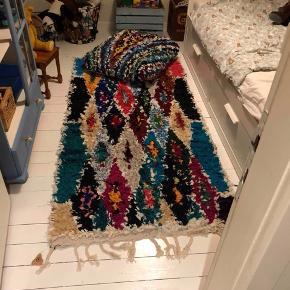 Boucherouite tæppe måler 205x100 cm.  Salgspris 3200kr Boucherouite puf måler 75x75 cm og 12 cm i højden  Salgspris 1200kr