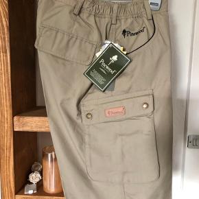 Ubrugte med mærke på. Pinewood shorts Str. C 48.   Lys khaki ,, Se billede 2. Sender gerne mod betaling af porto'en.