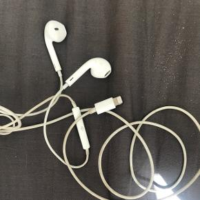 Apple iPhone 7 høretelefoner. De er ret ridsede, men de virker helt fint. Sælges da jeg har 2 par.