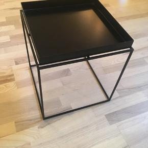 Sort HAY tray table i størrelse 40x40x44 cm.  Sælges grundet flytning.   Nypris: 1.199   Kan afhentes i Gentofte eller på Frederiksberg.   BYD!!