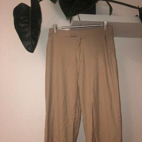 Beige bukser fra nakd i str 36 sælges billigt da der en plet nederst bag på buksebenet men det er ikke noget man ser når man har dem på  Np var 369