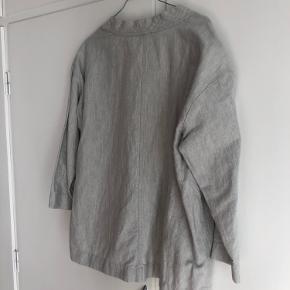 Smuk overskjorte/cardigan/kimono fra COS i 53% bomuld og 57% hør. Den er næsten ikke brugt og er derfor i rigtig god stand.