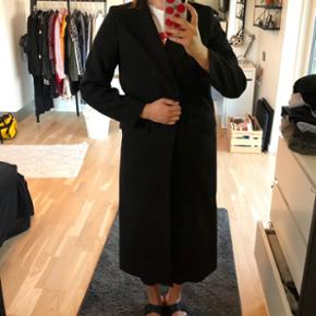 Lang sort frakke str 44 m knap og lommer