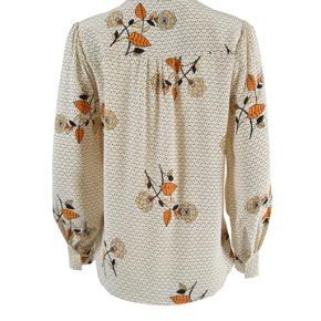 Denne bluse er fremstillet i en let og lækker viskosekvalitet med et fint blomstret all-over print. Blusen har en delikat krave, lange ærmer med manchet, skjulte knapper fra halsen til midt på brystet samt et lille læg på ryggen.   Let viskosekvalitet Delikat krave og knapper foran til midt på brystet, helt ny og med mærke på endnu 🌸💕