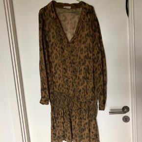 Fin orange/sort mønstret ganni kjole, brugt, men stadig i fin stand. Svarer til medium.  Tjek mine andre annoncer, giver mængderabat😊