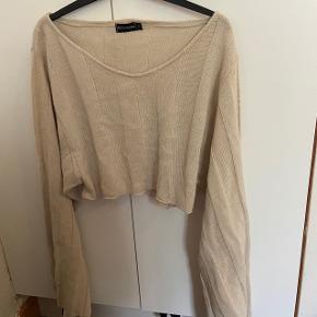 Sød crop sweater fra pretty little thing. Byd!