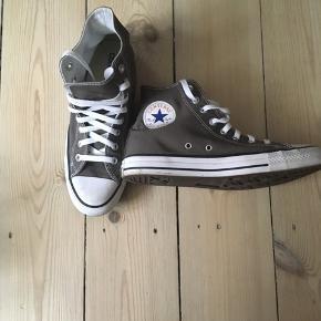 Converse er store i str. så de svarer til 42
