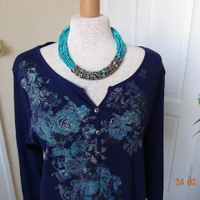 Sød bluse sælges, desværre købt for lille.  (BYTTER IKKE) Str.XL.  Brystmål: 52x2 kan gi sig noget... Talje: 51x2 kan gi sig Hofter: 54x2 Længde: 67 Materiale: 100 % Bomuld Se også de andre annoncer jeg har.