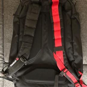 Reebok sportstaske.  Brugt max 5 gange ifbm. med weekend-ture/getaways og som træningstaske til stævner.  Ingen defekter og ikke ryger hjem. Sælges fordi jeg har for mange sportstasker.