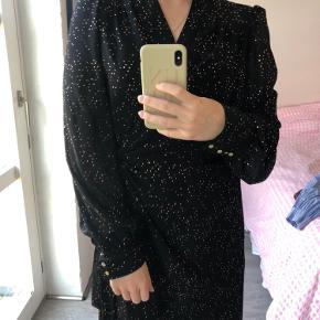Smuk elegant slå om kjole, den er meget behagelig. Den har guld prikker på, derfor velegnet til en julefrokost eller ligende