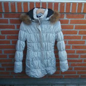 """❄Winter is coming ❄  Flot lys grå varm Luhta vinter jakke str. 40 med mårhund/vaskebjørn pelskrave. Pelskaven kan tages af hætten, og hætten tages af jakken  Se mere om Luhta her https://www.luhta.fi/luhta_en/women/jackets-and-coats?p=1  🌞 Se også mine øvrige varer🌞  Ved evt. køb af flere varer, så skriv til mig inden du vælger """"Køb nu"""" funktionen.  Så laver jeg en speciel """"pakke"""" til dig med """"Køb nu"""" og du har kun en porto 🌞  #trendsalesfund"""