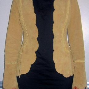Sej og feminin jakke i ÆGTE ruskind. Gennemforet. Brystvidde: ca 47 xm x 2 (jakken skal ikke lukkes) Længde: ca 63 cm  Ingen byt, og prisen er fast