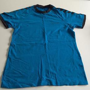 Varetype: Fin sportsbluseStørrelse: M Farve: Turkis  Fin t-Shirt i str. Medium fra Hummel.  Den er brugt ca. 4-5 gange, og fremstår fint.  Mindsteprisen er kr. 75+Porto.  Jeg bytter ikke.