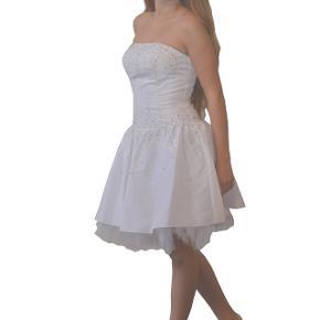 Ubrugt konfirmations kjole str S. Stadig med mærke  Byd gerne men bud omkring 500kr   Skriv gerne for spørgsmål