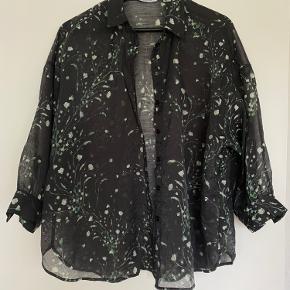 Helt ny skjorte, sælges da jeg ikke får brugt den nok.   Bud modtages gerne!