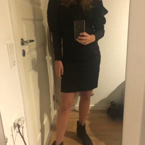 Kjole fra NA-KD med oversize puf ærmer  - super flatterende på :)  Har samme look som kjoler fra ROTATE Birger Christensen