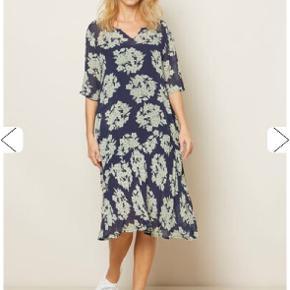 Masai kjole str. M, ny og ubrugt. Mørkeblå/mint grønne blomster. Smuk kjole. Nypris. 999kr Sender gerne med Dao