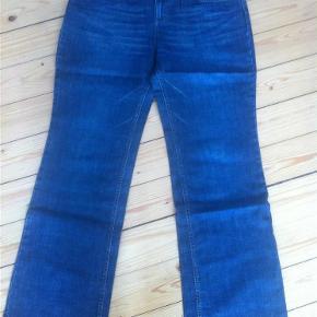 Varetype: Nye Jackpot mørkeblå jeans Farve: blå Oprindelig købspris: 699 kr. Prisen angivet er inklusiv forsendelse.  Nye Jackpot mørkeblå jeans str. 33. Lividde: 51cmx2. 395kr INKL. porto