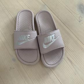 Brugt men ingen slid eller noget.  Farven er lavendel/Rosa med sølv Nike logo.