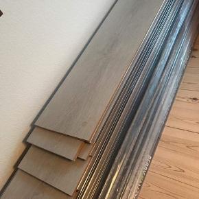 18 m2 gulv sælges. Enkelte planker har været ude af kassen og savet lidt til, resten er ubrugt. Nypris ligger på ca. 6000. 6 måneder gammel.