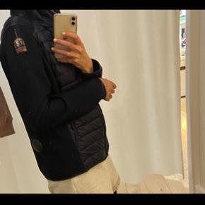 Sælger Parajumpers jakke/trøje i str. L da det er et fejlkøb. Nypris var 2000kr. Prismærke sidder stadig på. Bud ønskes 🌸