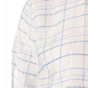 Sød sommerkjole i hvid med tynd lyseblå og sølvstribe i stoffet. Sød med sandaler og også flot til jeans👌🏻. Loose fit