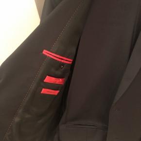 Super flot Hugo jakkesæt -brugt 2 gange. Fuldstændig som nyt, ingen slidtage, pletter el lign. Helt ny model, sælges stadig i butikkerne.
