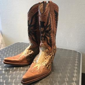 Cowboy støvler til damer sælges. Str.38 - brugt et par enkelte gange. Fremstår som ny - ingen ridser eller slid. Nypris 3500kr.  Ønsker ikke at bytte.  Afhentning i Valby