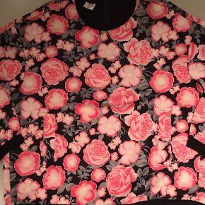 Varetype: Bluse Størrelse: M/L 38/40 Farve: Pink  Rigtig lækker og fin i neoprenlignende stof. Der er lommer i siderne. Str: 42 - men fitter M og lille L