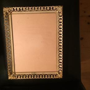 Messing farvet foto ramme (meget gammel)  Kan hænge på vægen.